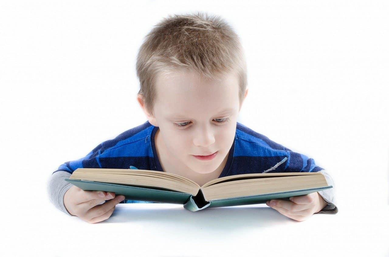 ילד קורא